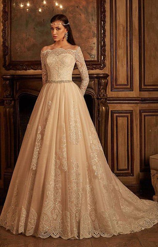 Свадебное платье цвета слоновой кости с фигурным портретным декольте и многослойным подолом.