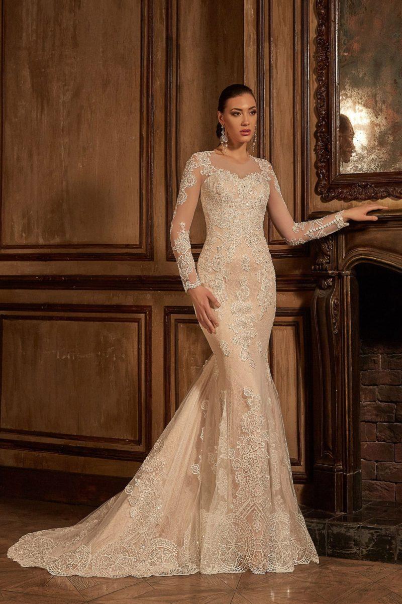 Стильное свадебное платье «рыбка» с бежевой подкладкой, изящно оттеняющей белое кружево.