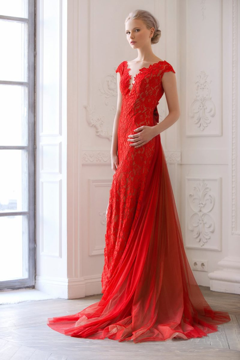 Смелое свадебное платье алого цвета с кружевной отделкой и глубоким декольте на спинке.