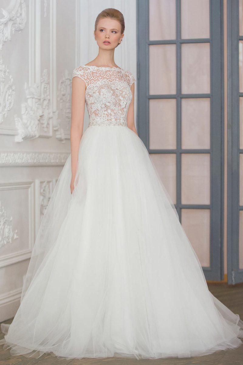 Романтичное свадебное платье с невесомой пышной юбкой и бежевым корсетом, украшенным кружевом.
