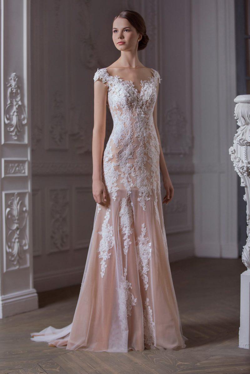 Деликатное свадебное платье из бежевой ткани с белой отделкой, украшенное вырезом сзади.