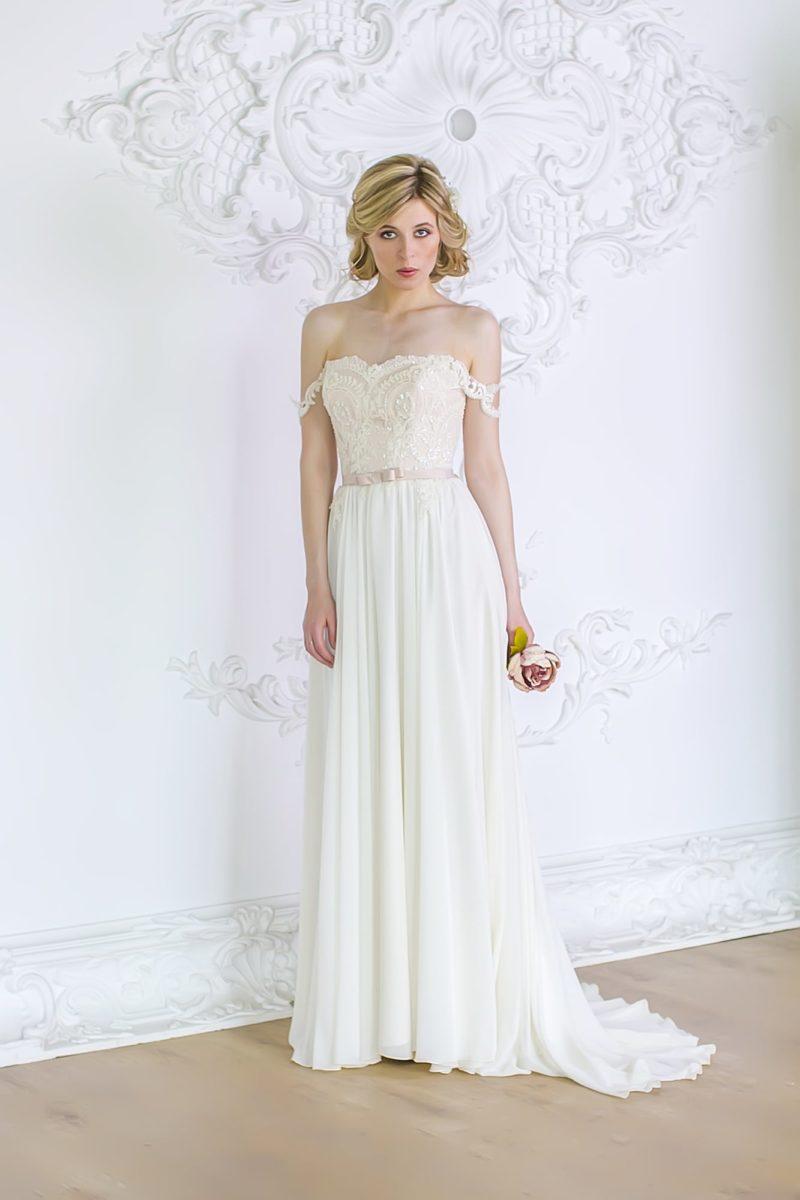 Прямое свадебное платье с бежевым кружевным корсетом и утонченными бретельками на предплечьях.