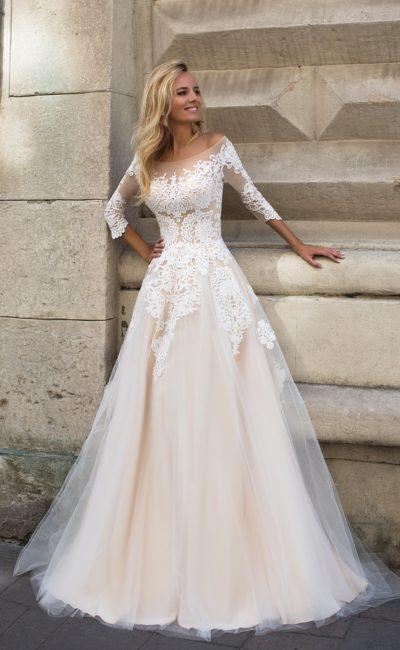 Классическое свадебное платье «принцесса» с облегающими рукавами длиной в три четверти.