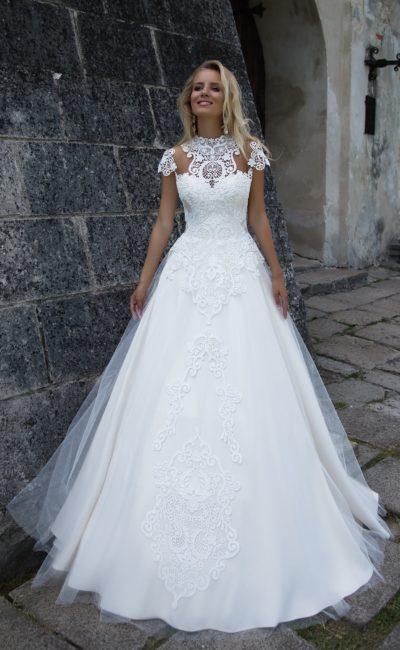 Свадебное платье «принцесса» с вышивкой по корсету и короткими кружевными рукавами.