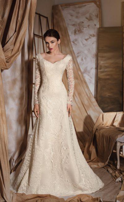 Свадебное платье цвета слоновой кости с драматичным V-образным декольте на лифе и на спине.