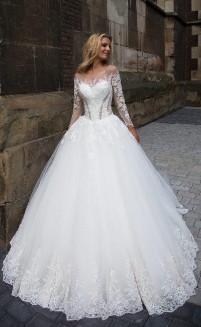 Очаровательное свадебное платье с пышной юбкой, украшенной по нижнему краю подола кружевом.