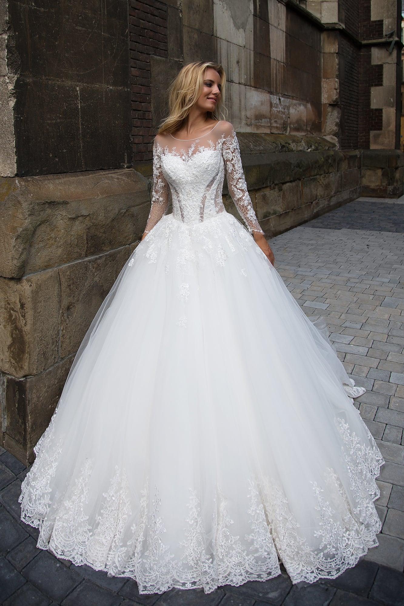 e60e7c3169e09d Очаровательное свадебное платье с пышной юбкой, украшенной по нижнему краю  подола кружевом.