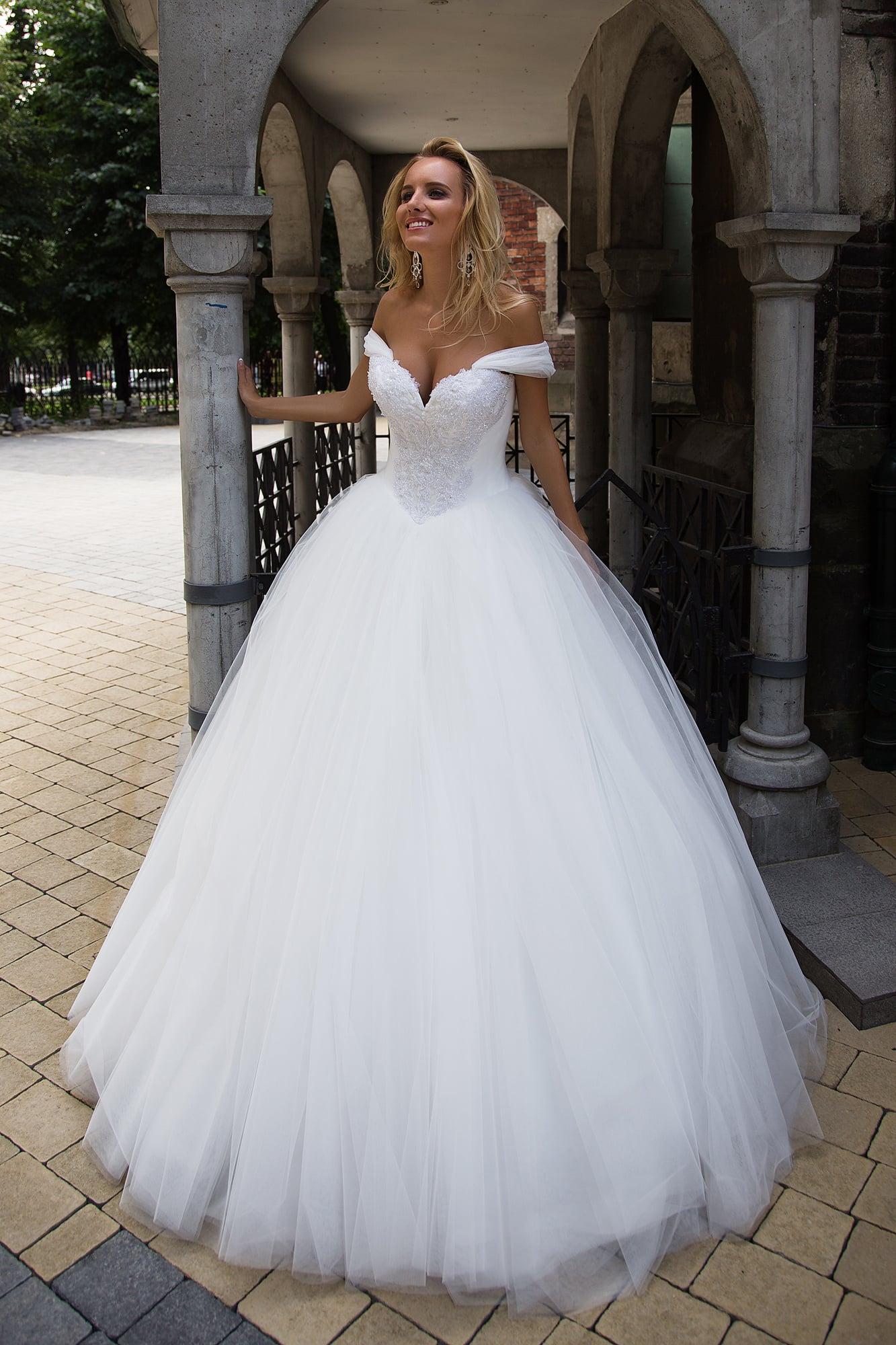 8cd97b5ea2e355 Бальное свадебное платье с бретелями на предплечьях и многослойной юбкой в  лаконичном стиле.