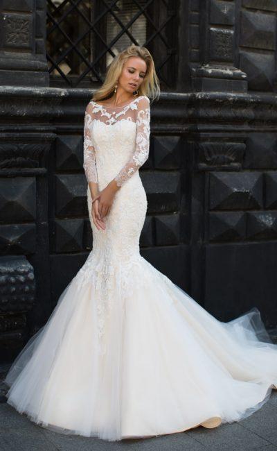 Пудровое свадебное платье «русалка» с вырезом лодочкой и длинными кружевными рукавами.