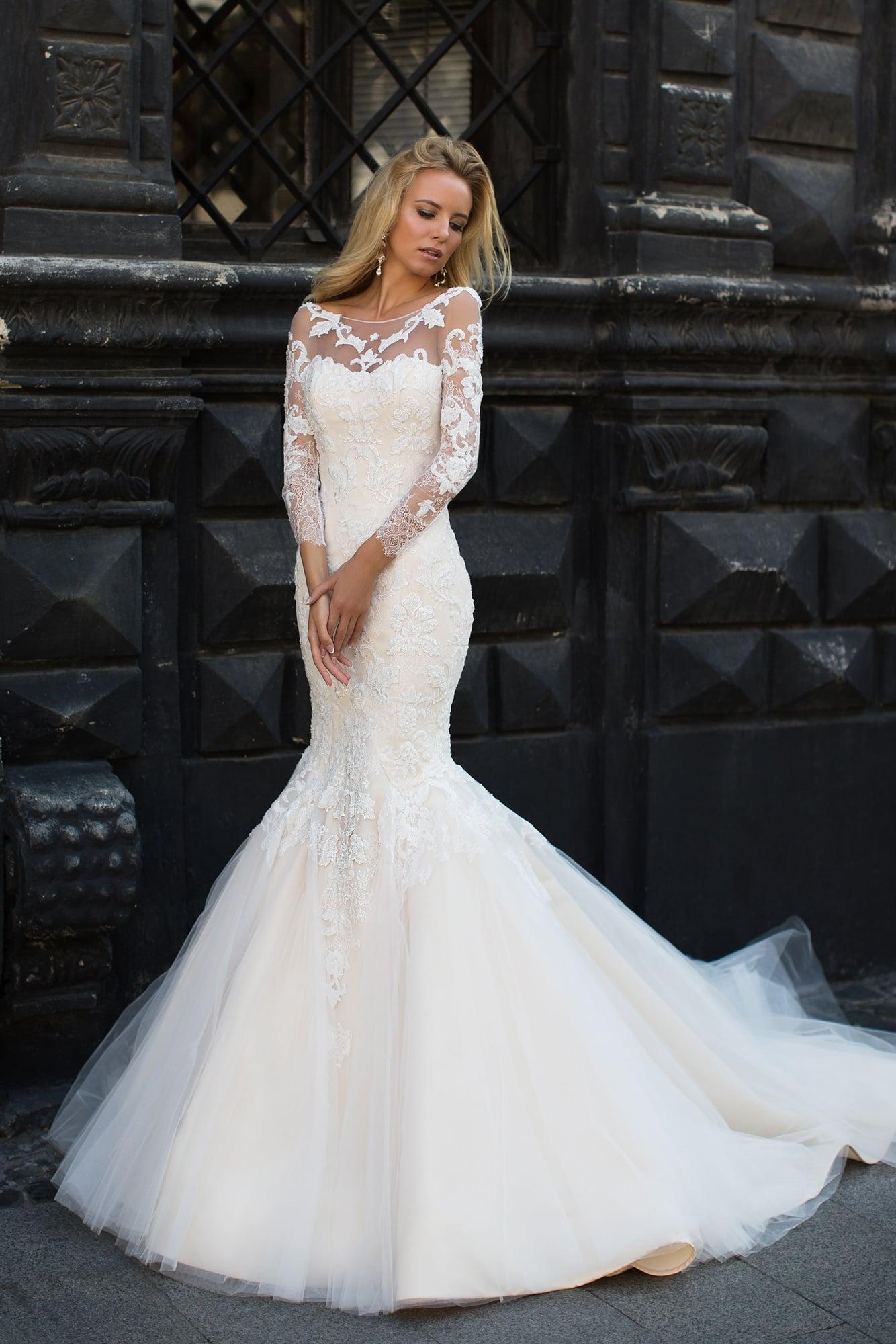 36d5119e562 Пудровое свадебное платье «русалка» с вырезом лодочкой и длинными  кружевными рукавами.