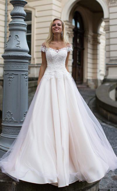 Розово-пудровое свадебное платье «принцесса» с элегантной многослойной юбкой и кружевным лифом.