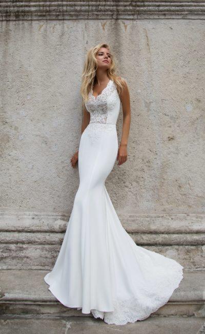 Элегантное свадебное платье с длинным шлейфом и фигурным V-образным вырезом.