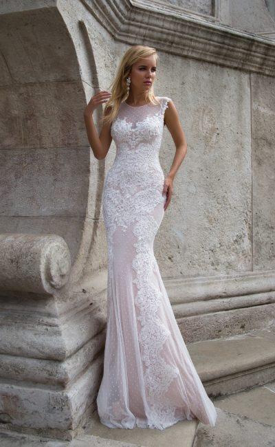 Изысканное облегающее свадебное платье в пудровых тонах с кружевным декором по всей длине.
