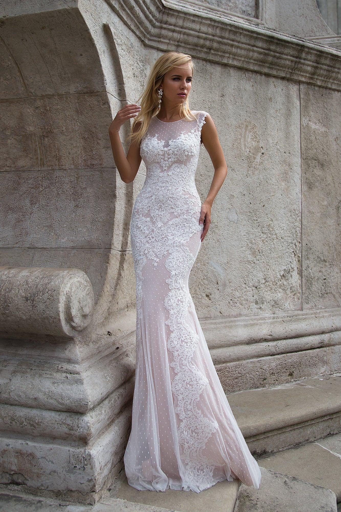 3ca149e6fe1341 Изысканное облегающее свадебное платье в пудровых тонах с кружевным декором  по всей длине.