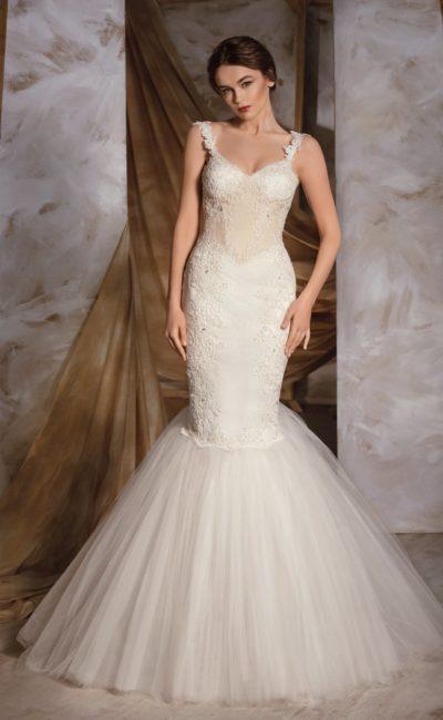 Торжественное свадебное платье «русалка» с узкими бретелями и кружевной отделкой.