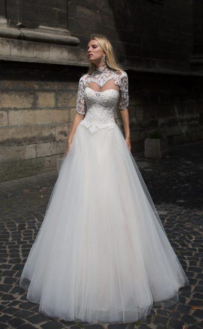 Традиционное свадебное платье с имитацией болеро из кружева и пышным низом.