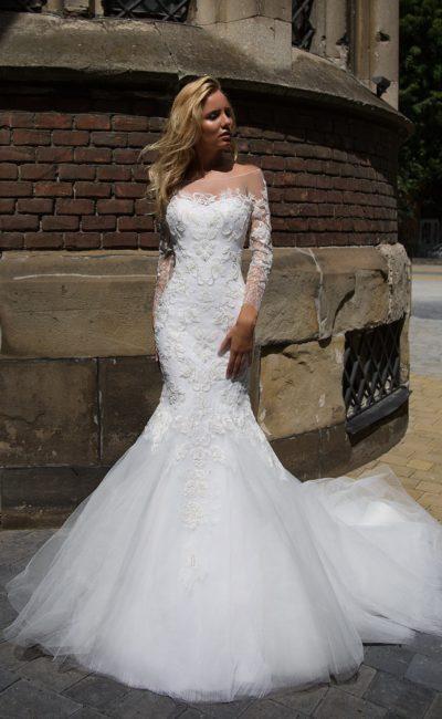 Кружевное свадебное платье «рыбка» с длинным рукавом и стильным округлым декольте.