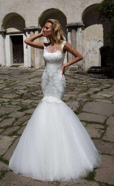 Облегающее свадебное платье «рыбка» с атласным корсетом, покрытым выразительным кружевом.