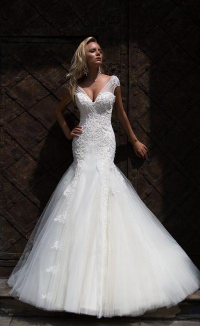 Романтичное свадебное платье кроя «русалка» с утонченным вырезом, оформленным бретелями.