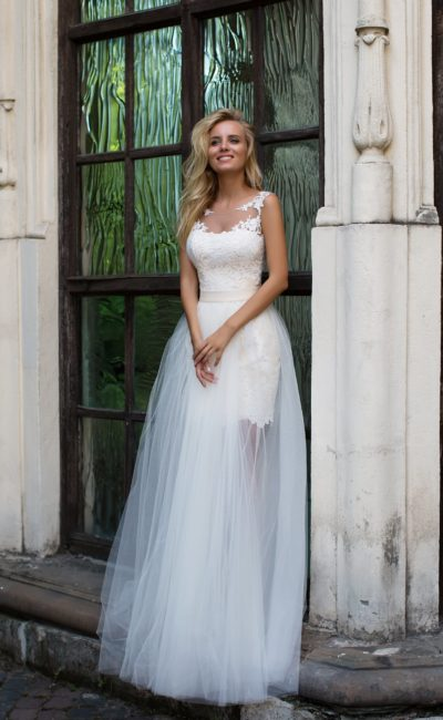 Свадебное платье с полупрозрачной юбкой и нежным декором из аппликаций по верху.