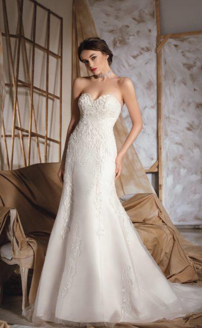 Свадебное платье «рыбка» с открытым декольте в форме сердца, покрытым фактурным декором.