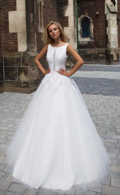 Женственное свадебное платье с воздушной юбкой и лаконичным верхом с округлым вырезом.