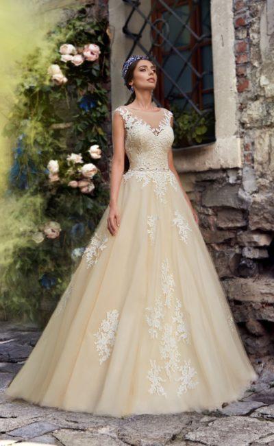 Бежевое свадебное платье «принцесса» с отделкой аппликациями из белого кружева.