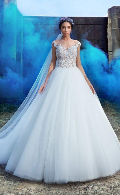 Роскошное свадебное платье с пышной многослойной юбкой и корсетом, покрытым кружевом.
