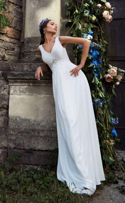 Прямое свадебное платье с изящным V-образным вырезом и вышивкой серебристым бисером.