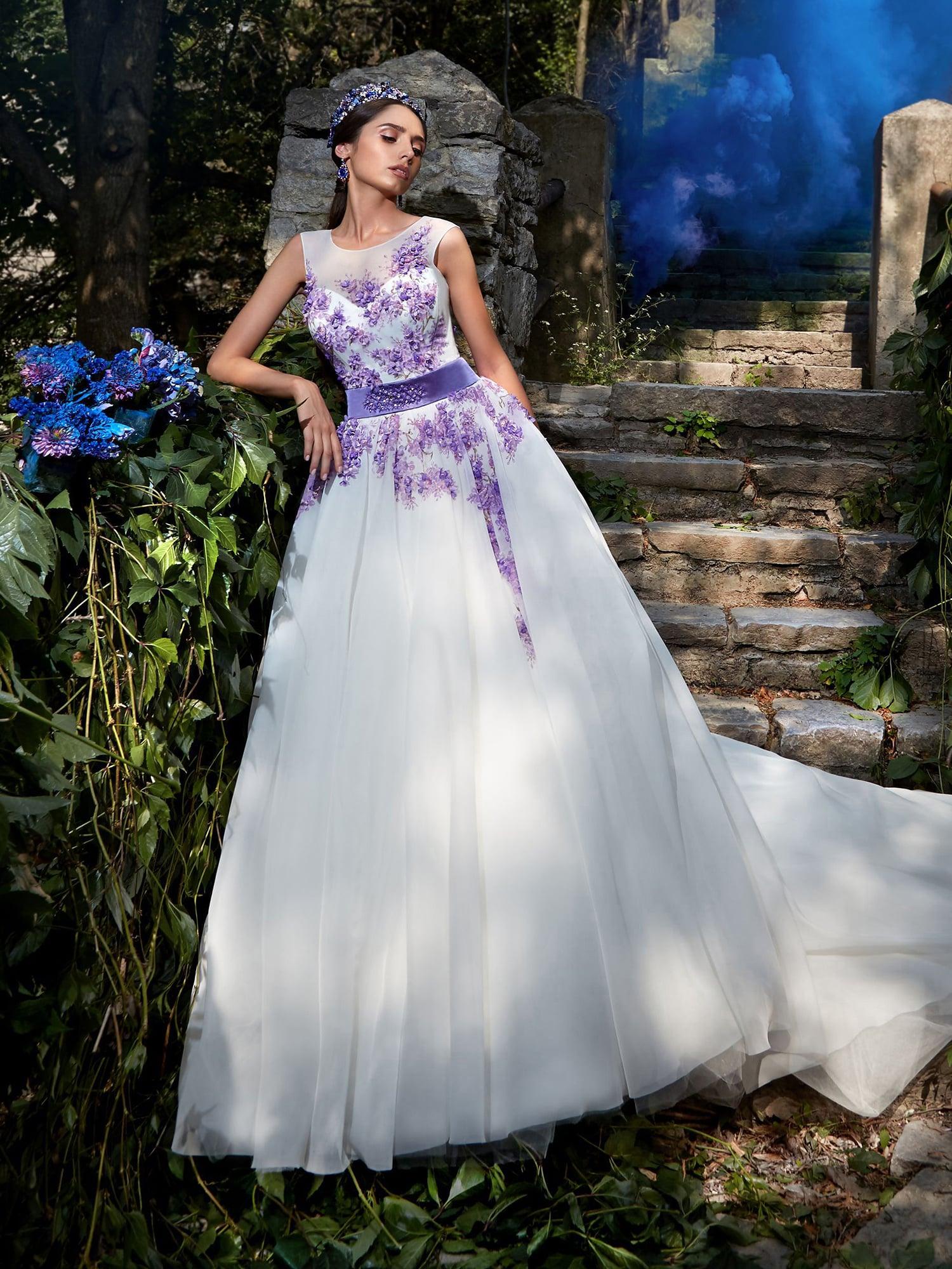 8a9903a4d9e Пышное свадебное платье с оригинальной отделкой в виде голубой бисерной  вышивки.