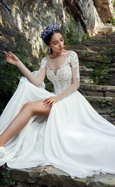 Стильное свадебное платье прямого кроя с высоким разрезом на юбке и открытой спинкой.