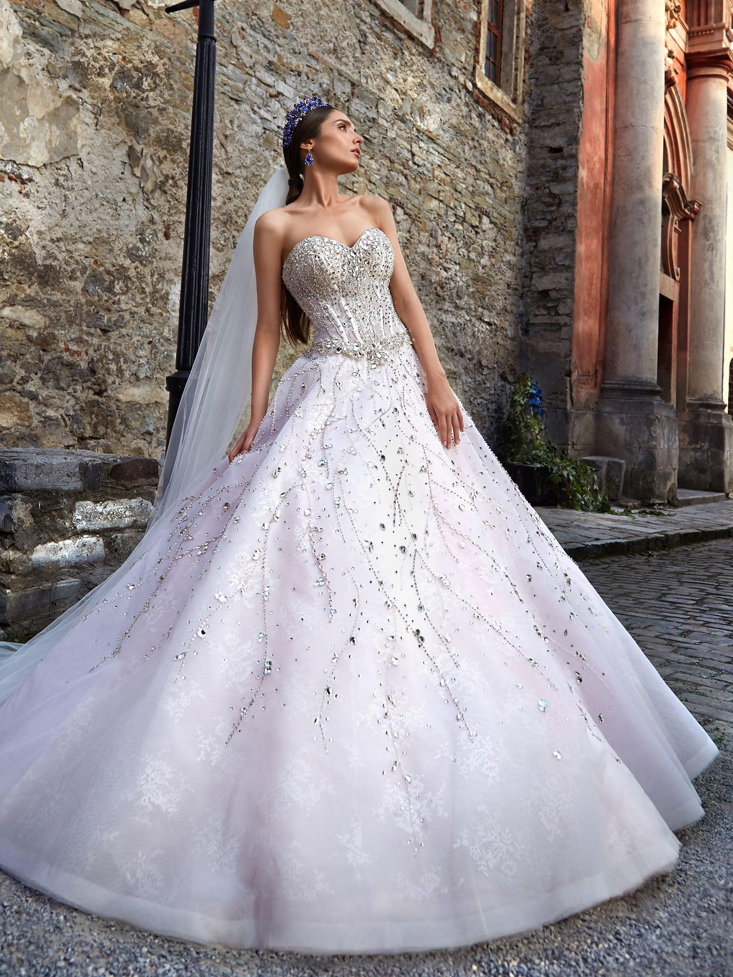 269d01e9e3c21dc свадебное платье с открытым корсетом, покрытым плотным слоем серебристой  вышивки.