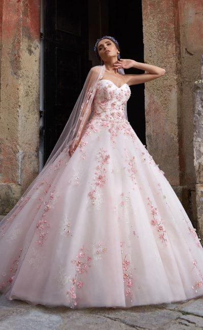 Пышное свадебное платье с роскошной юбкой и открытым корсетом, украшенным цветной вышивкой.