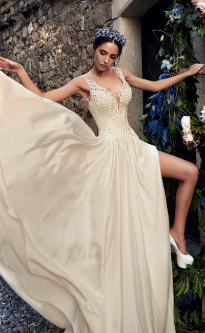 Прямое свадебное платье с открытой спинкой и романтичным вышитым декором лифа.