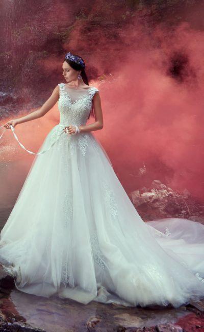 Великолепное свадебное платье с нежным кружевным корсетом и длинным пышным шлейфом.