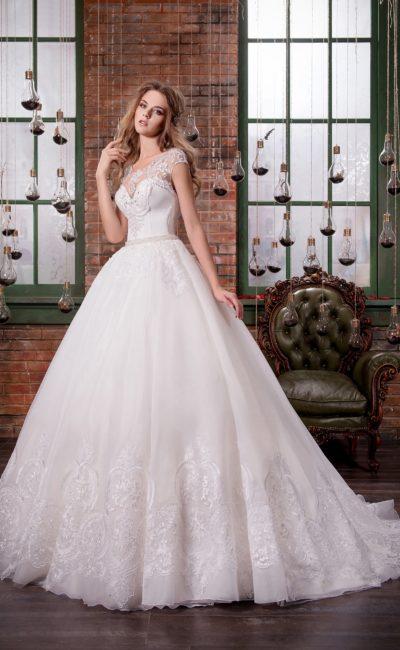 Пышное свадебное платье с открытым корсетом с лифом в форме сердца, покрытым кружевом.