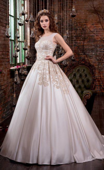 Атласное свадебное платье цвета капучино, с закрытым верхом и пышной юбкой со шлейфом.