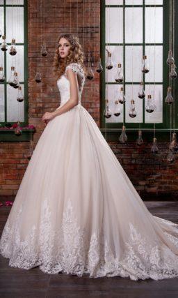 Светло-розовое свадебное платье с эффектной пышной юбкой и крупным кружевным узором декора.