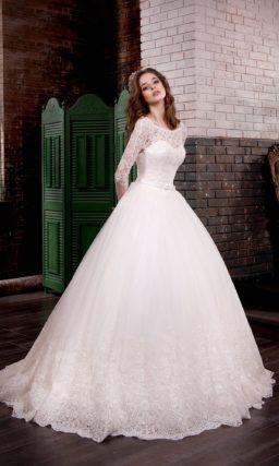Изысканное свадебное платье с длинными кружевными рукавами и округлым вырезом на спинке.