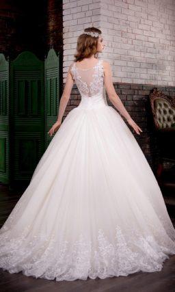 Элегантное свадебное платье пышного кроя с кружевным декором по низу подола и ажурным верхом.