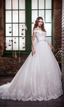 Пышное свадебное платье с портретным декольте и широкими бретелями на предплечьях.