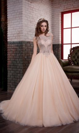 Золотистое свадебное платье с великолепной пышной юбкой и сверкающей вышивкой по верху.