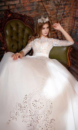 Оригинальное свадебное платье с бежевой подкладкой и сияющей вышивкой.