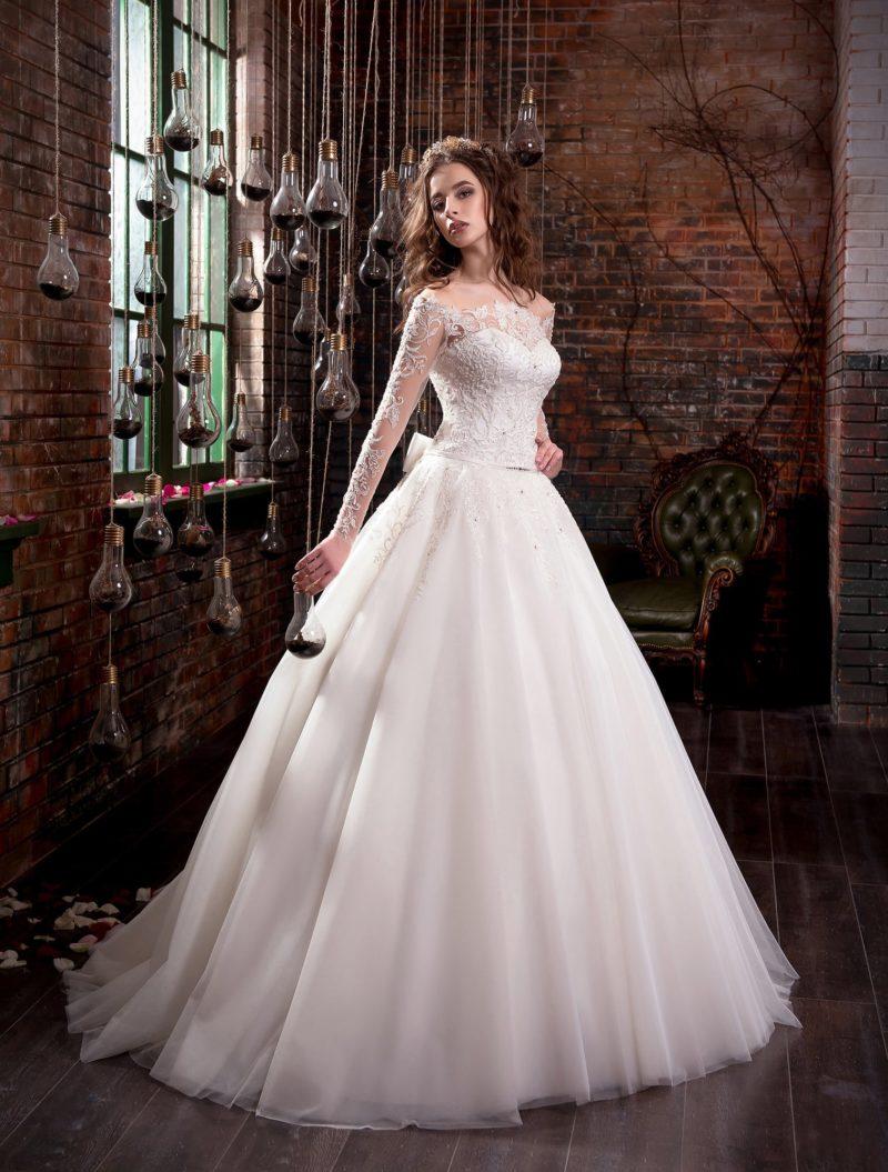 Пышное свадебное платье с фигурным портретным декольте и многослойной юбкой.