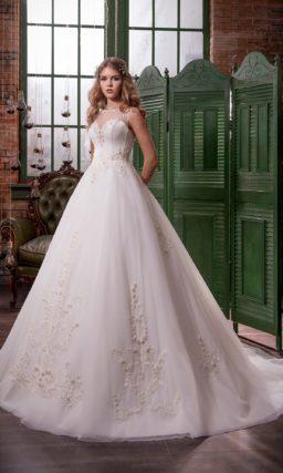 Царственное свадебное платье «принцесса» с полупрозрачной отделкой верха и длинным шлейфом.