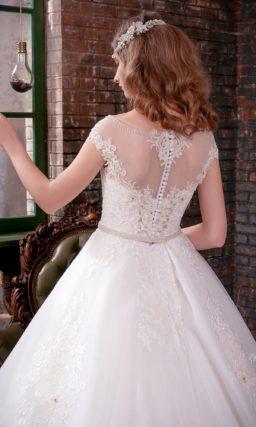 Великолепное свадебное платье с пышной кружевной юбкой и облегающим верхом.