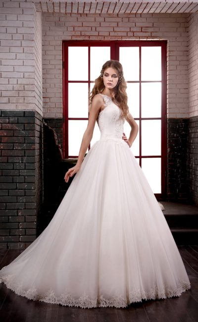 Нежное свадебное платье с многослойной юбкой и кружевным верхом с полупрозрачной спинкой.