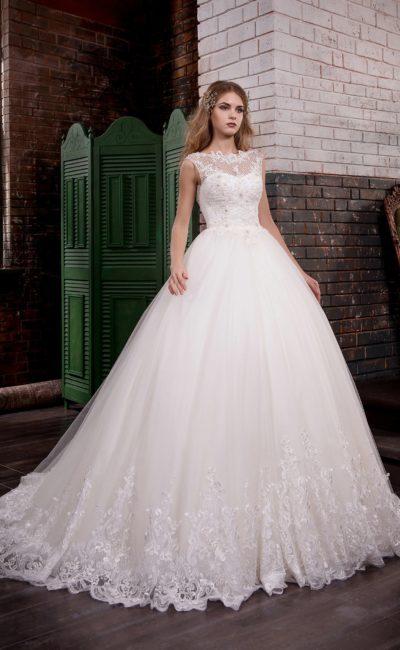 Роскошное свадебное платье с многослойной юбкой, дополненной шлейфом, и кружевной отделкой.