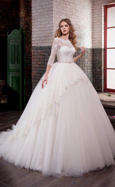 Торжественное свадебное платье с кружевной баской и длинными облегающими рукавами.