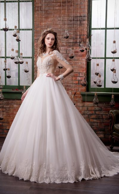 Роскошное свадебное платье пышного кроя с бежевым корсетом, украшенным крупными бусинами.